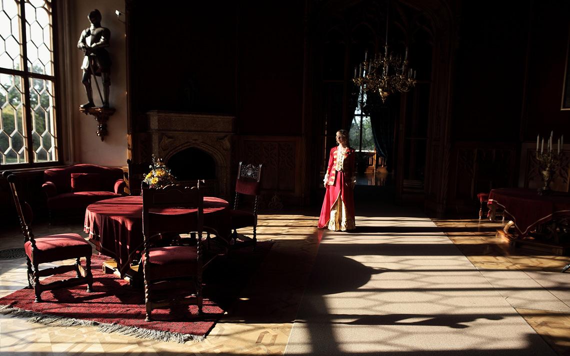 Девушка в зале со старинной мебелью