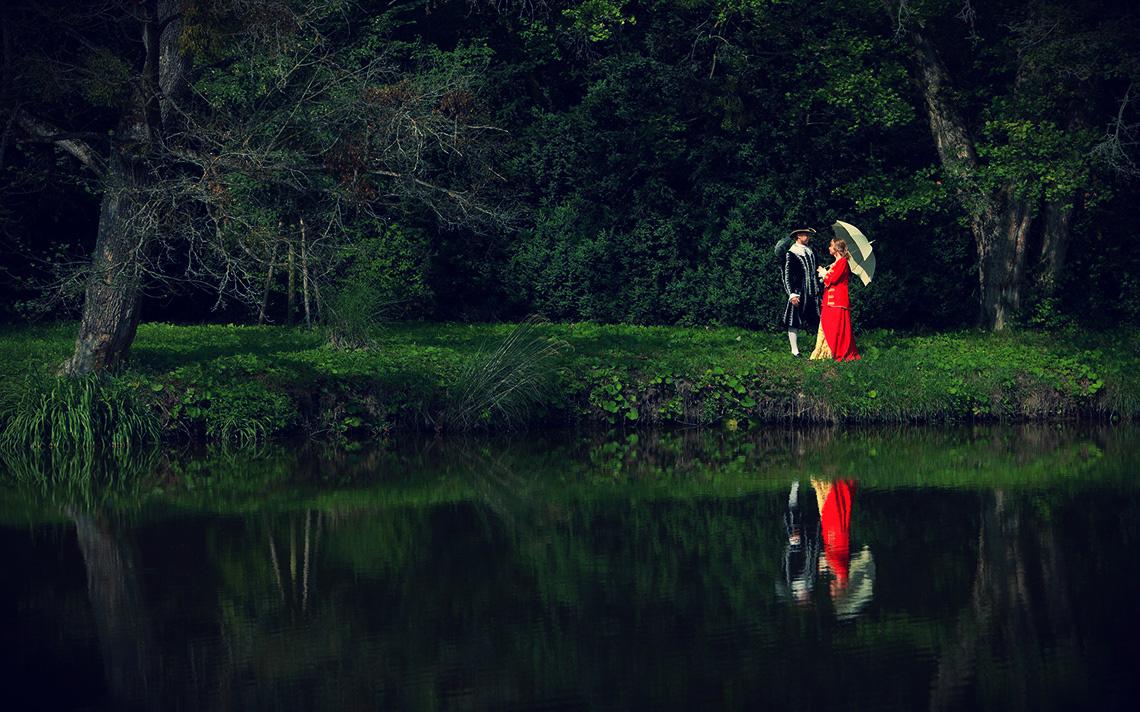 Пара в парке у пруда