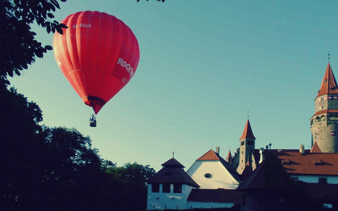 Воздушный шар на фоне замка Боузов