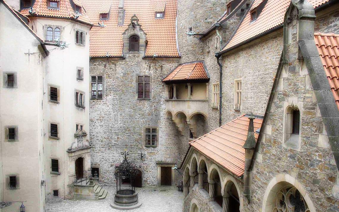 Средневековый двор замка Боузов