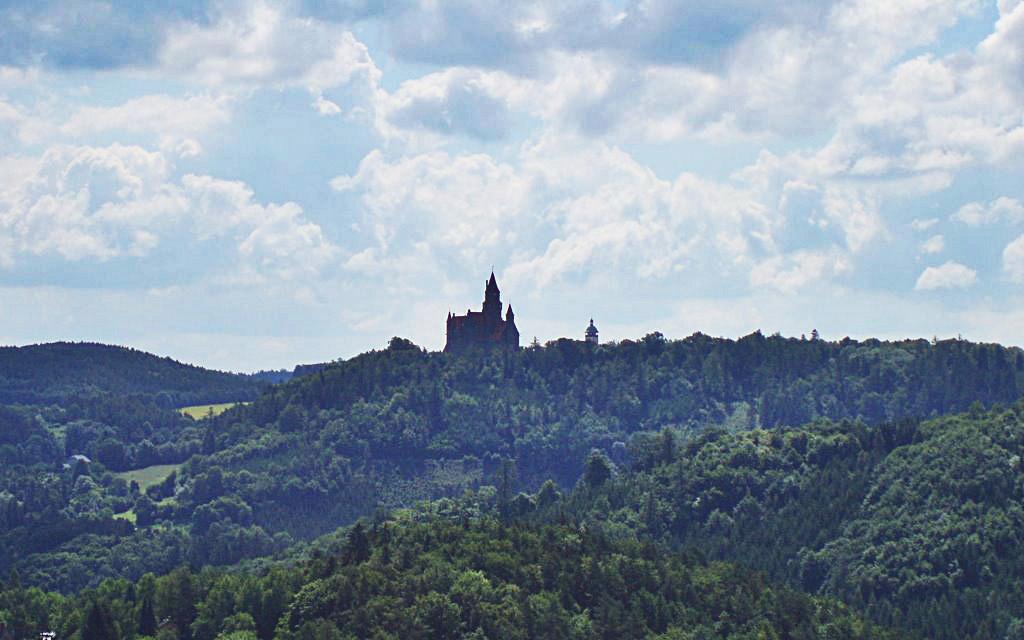 Замок Боузов в отдалении, лес, небо