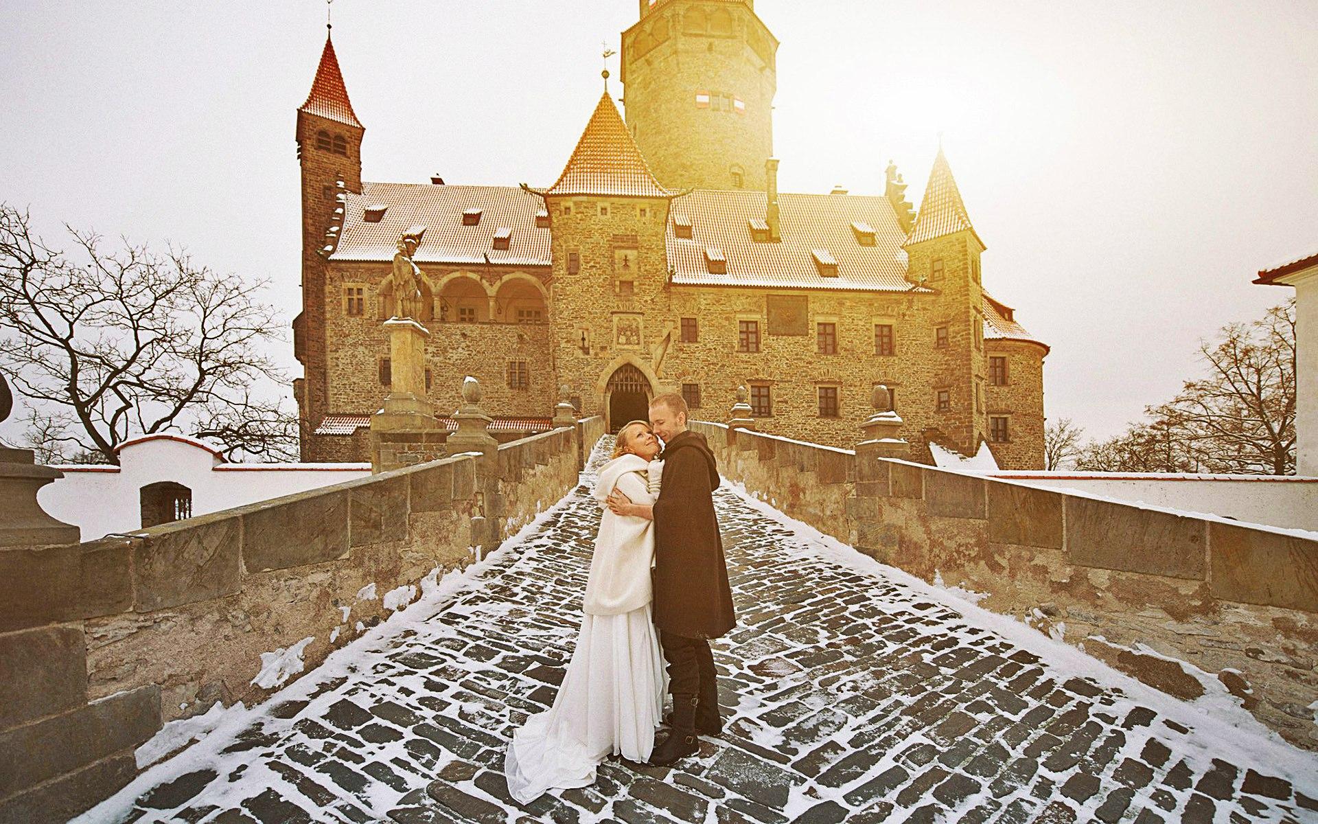 Пара на мосту замка, зимний пейзаж