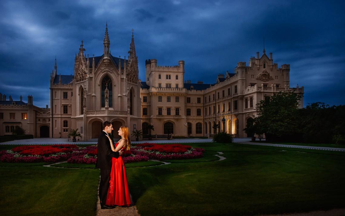 Пара на фоне вечернего замка Леднице